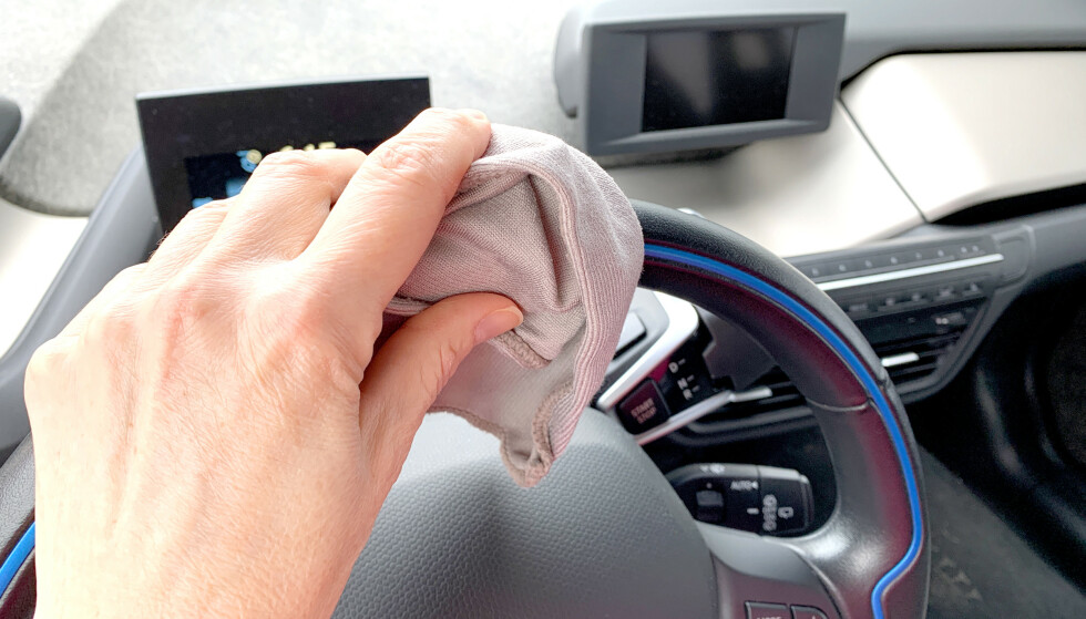 VASK INTERIØRET: Ha spesielt fokus på å rengjøre steder du tar på ofte, som ratt, girspak, knapper og dørhåndtak ute og inne i bilen, oppfordrer NAF. Foto: Kristin Sørdal