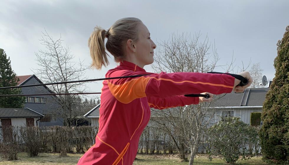 TRENING MED STRIKK: VI har fått hjelp av Norges idrettshøyskole til å illustrere gode øvelser du kan gjøre hjemme om du vil trene med strikk. Alle foto: Cesar Javier Chavez