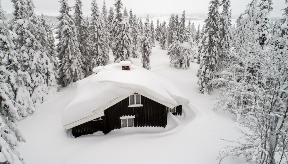 OVERNATTE? Bor du med en som er smittet og er i isolasjon, eller krever hytta di akutt vedlikehold, som ved måking av taket? Da tillater reglene overnatting. Foto: NTB Scanpix