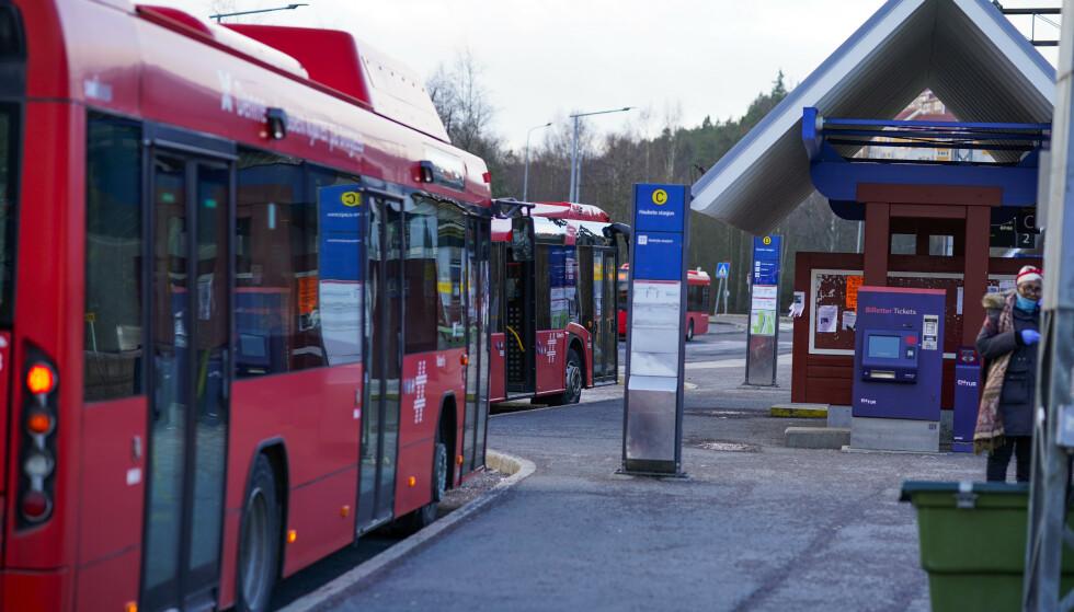 SMITTEVERN: Avstand mellom passasjerene og lavpris utenom rushtida, er blant EU-kommisjonens anbefalinger. Foto: NTB / Scanpix