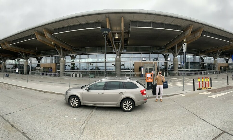 FOLKETOMT: Det er for tiden god plass på vanligvis så travle Oslo Lufthavn, takket være coronakrisen. Men om du ikke får dratt på ferie, kan du da få gjort om feriedagene dine til arbeidsdager? Foto: Bjørn Eirik Loftås