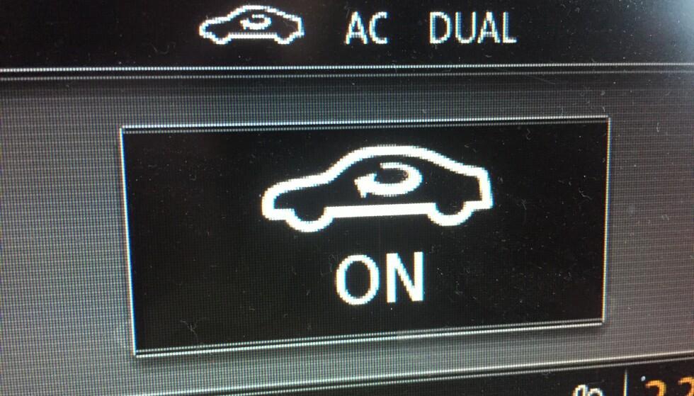 """IRRITERENDE OG FARLIG: Ikke alle biler har like tydelig merking av resirkuleringen av kupéluften som denne. Med denne """"on"""" vil vinduene begynne å dugge etter få minutter. Foto: Rune Korsvoll"""