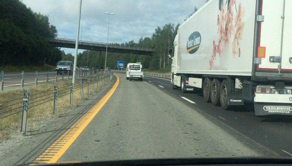 MISTER LAPPEN: På en motorvei med fartsgrense 110, mister du lappen dersom du blir tatt i 116 km/t med henger. I tilfellet over kjørte bilen med henger i 110 km/t, som er fartsgrensen på stedet for biler UTEN henger. Det kunne kostet vedkommende 8.500 kroner. Foto: Fredrik Korsvoll