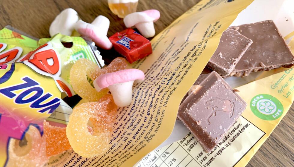 HVORDAN OPPBEVARER DU GODTERI? Det er ikke det samme hvordan du oppbevarer godteri, hverken før eller etter åpning. Beste temperatur er ikke den du har på kjøkkenet - og du bør ikke ha sjokolade i samme beholder som skum- og gummigodteri. Men lufttett emballasje er uansett best, for alt. Og papirposen fra smågodthylla? - Den bør du kaste. Foto: Kristin Sørdal