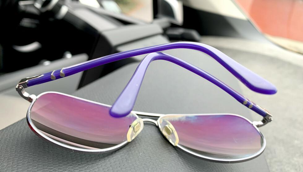 VIKTIG OM SOLBRILLER: Solbrillene bør ikke legges med brilleglassene ned - og de bør ikke oppbevares i bilen. Et annet sted du ikke bør oppbevare solbrillene, er på hodet ... Foto: Kristin Sørdal