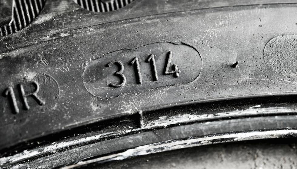 HVOR GAMLE? Denne koden avslører hvor gammelt dekket er. De to første sifrene viser uken dekket er produsert, de to siste viser året. Foto: Markus Pentikainen