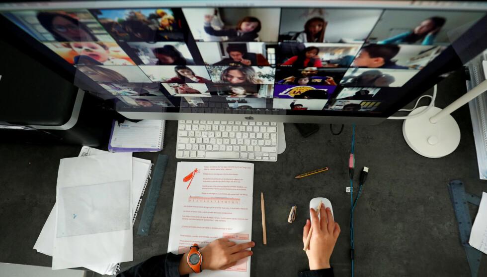 TATT AV: Bruken av videotjenesten Zoom har tatt av under coronapandemien. Men er det trygt? Foto: Albert Gea/Reuters/NTB Scanpix