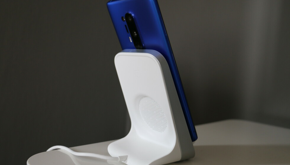 <strong>WARP CHARGE WIRELESS:</strong> Den trådløse laderen til OnePlus 8 Pro har integrert vifte. Foto: Martin Kynningsrud Størbu