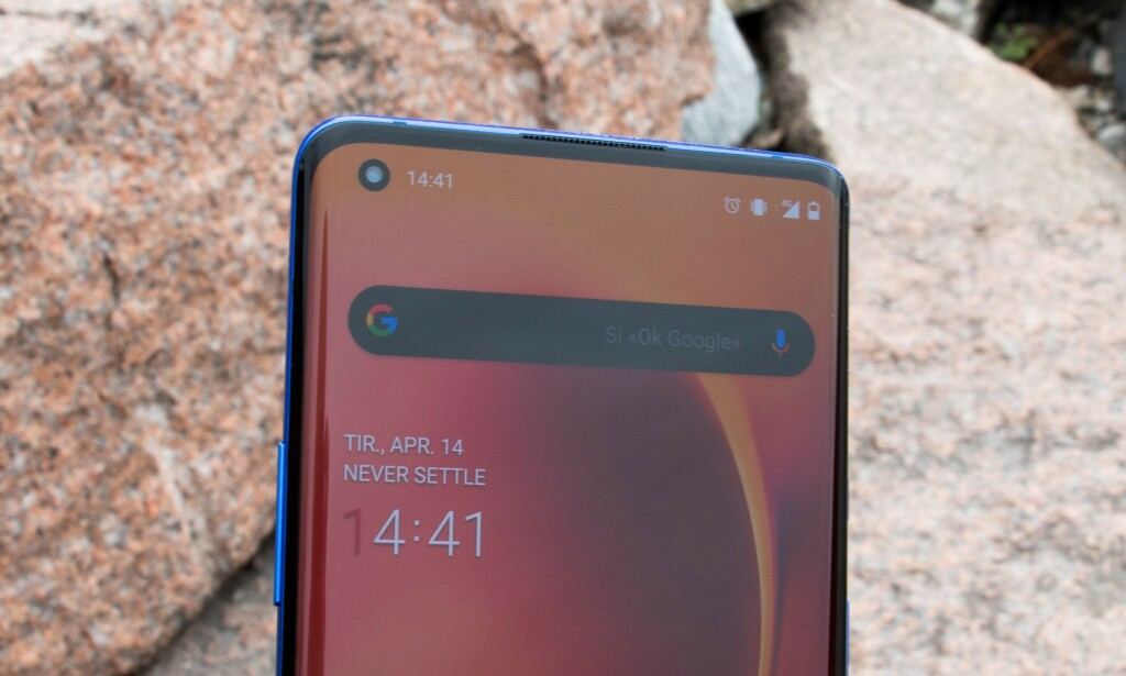 OnePlus 8 Pro har frontkamera i skjermen. Foto: Martin Kynningsrud Størbu