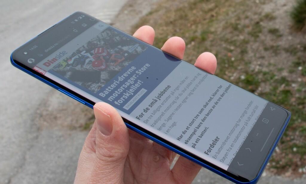 Skjermen har «fossefall» på sidene, men teksten forsvinner heldigvis ikke utenfor. Foto: Martin Kynningsrud Størbu