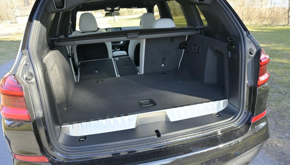 <strong>SNUBLEKANT:</strong> BMW har tydelig markert i crome forhøyningen på hybrid-versjonen. Systemet stjeler 100 liter av bagasjerommet, men det er fortsatt stort. Foto: Rune M. Nesheim