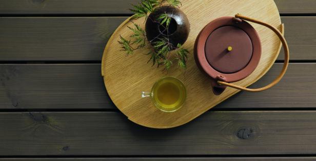 NY FARGE i ÅR: Den kjølige bruntonen Butinox Terrassebeis 1021 Eleganse er en perfekt beisfarge om du ønsker en lun atmosfære på terrassen. Ved å leke deg med ton-i-ton jordfarger på interiøret blir helheten harmonisk og innbydende.