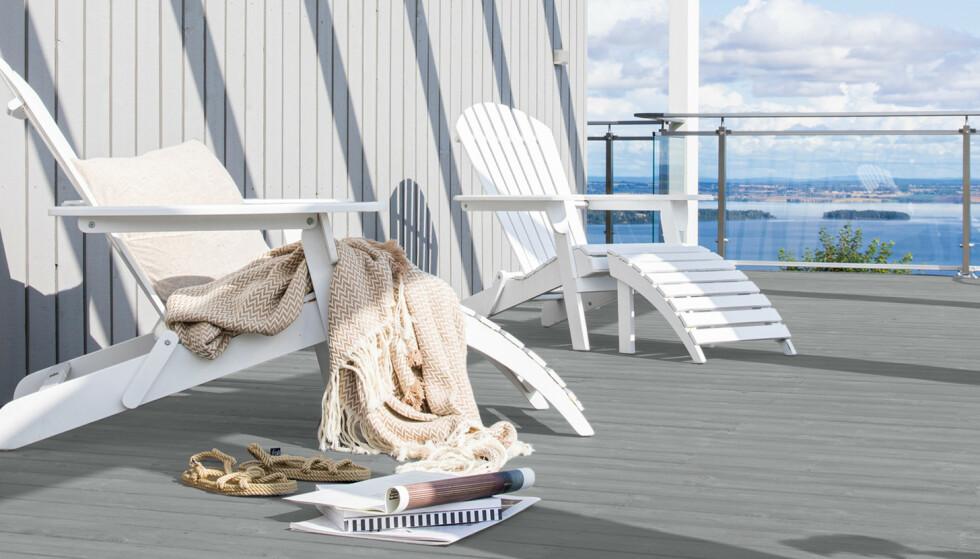 LYS LØSNING: Lysegrå fasader og hvitmalte hagemøbler kan utmerket kombineres med mørke og fargesterke toner i terrassegulvet for å få et spennende uttrykk. På bildet er brukt Butinox Terrassebeis i fargen 1012 Kveldsdis.