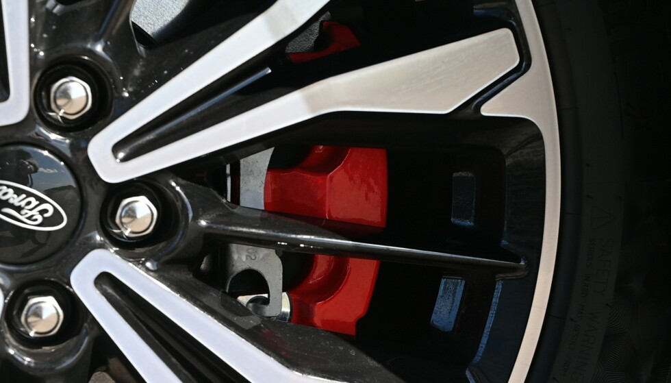 HINT: Mens standard Kuga har 17-tommere som standard, har hybriden 18. Vår bil har 19, noe den kler godt. Rødlakkerte bremsecallipere er noen av kjennetegnene på ST-Line. Foto: Rune M. nesheim