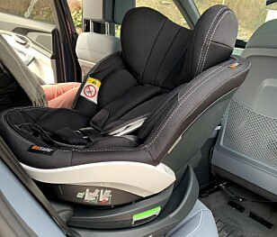 ENKELT INN: Om man kjører fram passasjersetet litt, er det ingen sak å montere barnesetet. Foto: Øystein B. Fossum