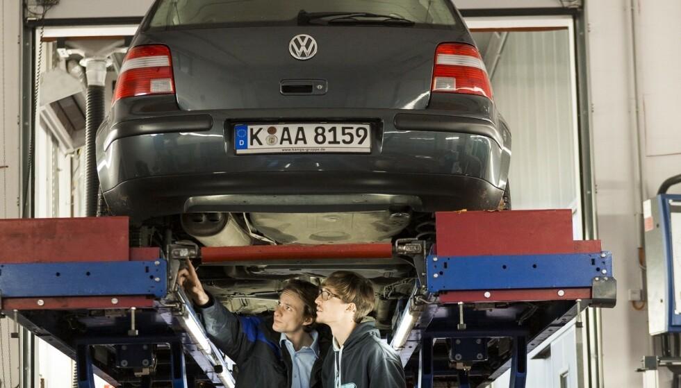 STOR TEST: Til grunn for undersøkelsen ligger tester av rundt ni millioner biler. Her avsløres de vanlige feilene du bør sjekke nøye før du kjøper bilen brukt. Foto TÜV
