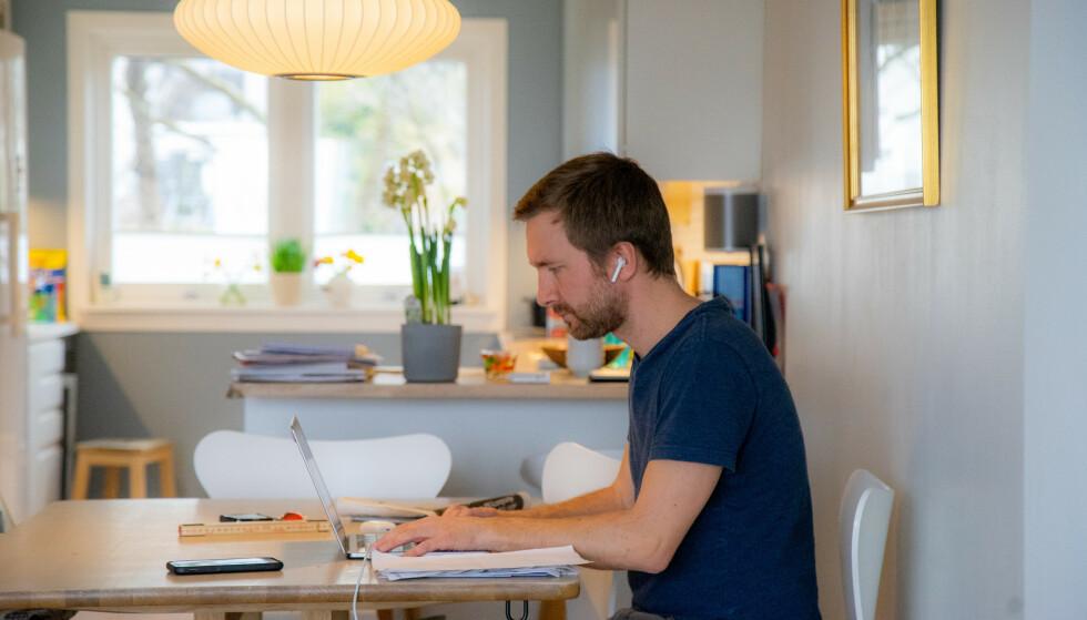 DÅRLIG SITTESTILLING? Jobben din har ansvar for at du ikke får skader av feil sittestilling - også når du jobber hjemmefra. Foto: NTB Scanpix