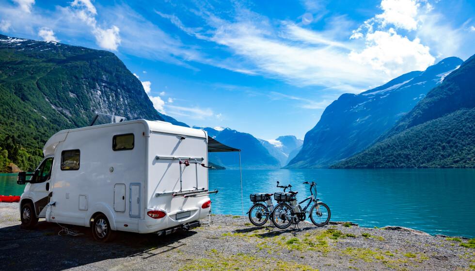 CAMPING? Bobil- og campingbransjen sier det ligger an til tidenes campingsommer for nordmenn. Men hva trenger du egentlig, hvilken bobil eller campingvogn har du lov til å kjøre - og hvor kan du egentlig overnatte? Dinside gir deg svarene. Foto: Shutterstock/NTB scanpix
