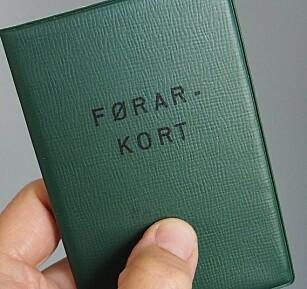 GRØNT FØRERKORT: Om lag 5000 nordmenn sitter fortsatt med den grønne boka, som ikke lenger gyldig som legitimasjon eller sertifikat. Foto: Statens vegvesen