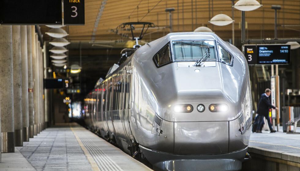 HALV PRIS: Flytoget annonserer samarbeid med VY og innfører halv pris på reiser til og fra Oslo lufthavn. Foto: Ole Berg-Rusten/NTB scanpix