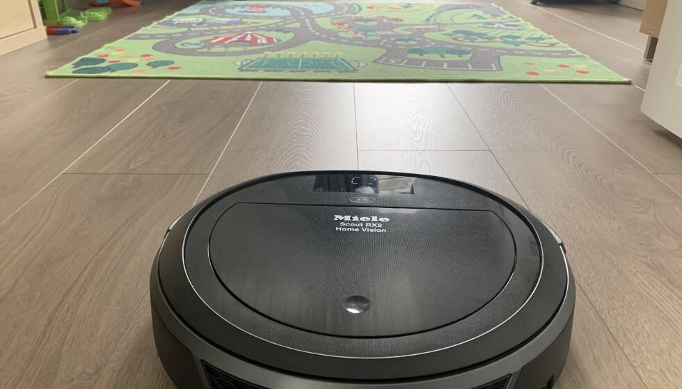 <strong>TRØBBEL RETT FORUT:</strong> Robotstøvsugeren sleit blant annet med dette teppet på barnerommet. Foto: Bjørn Eirik Loftås