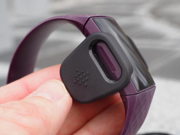 EGEN LADER: Fitbit går fremdeles for en proprietær ladeløsning, som du klipser rundt selve aktivitetsmåleren. Selv om vi ikke er fan av slike særegne løsninger, er den enkel å feste på. Armbåndet er fulladet på under en time. Foto: Kirsti Østvang