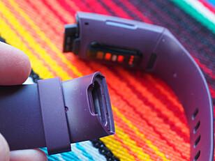 UTSKIFTBART: Du kan bytte armbånd på Charge 4, og de kommer enkelt av ved at du trykker inn en liten knapp i festet. Foto: Kirsti Østvang