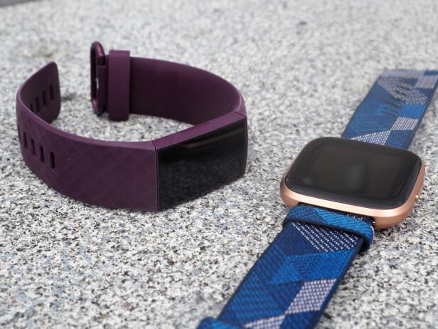 UFORANDRET: Bortsett fra nye farger har Fitbit Charge 4 samme design som forgjengeren. Kjedelig for den som ønsket seg noe nytt, men det er fortsatt pent. Her sammen med Fitbits Versa 2-smartklokke. Foto: Kirsti Østvang