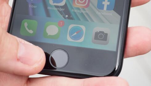 FINGERAVTRYKKSLESER: Hjemknappen på iPhone SE brukes også til å låse opp mobilen. En kjapp og sikker løsning. Foto: Kirsti Østvang