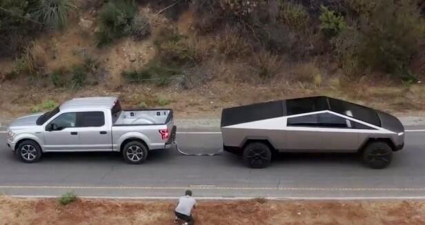 TREKKER TUNGT: Bilen skal kunne trekke 6,4 tonn og får en rekkevidde på 800 kilometer, ifølge Tesla. Her i kamp med en Ford F 150. Foto: Tesla