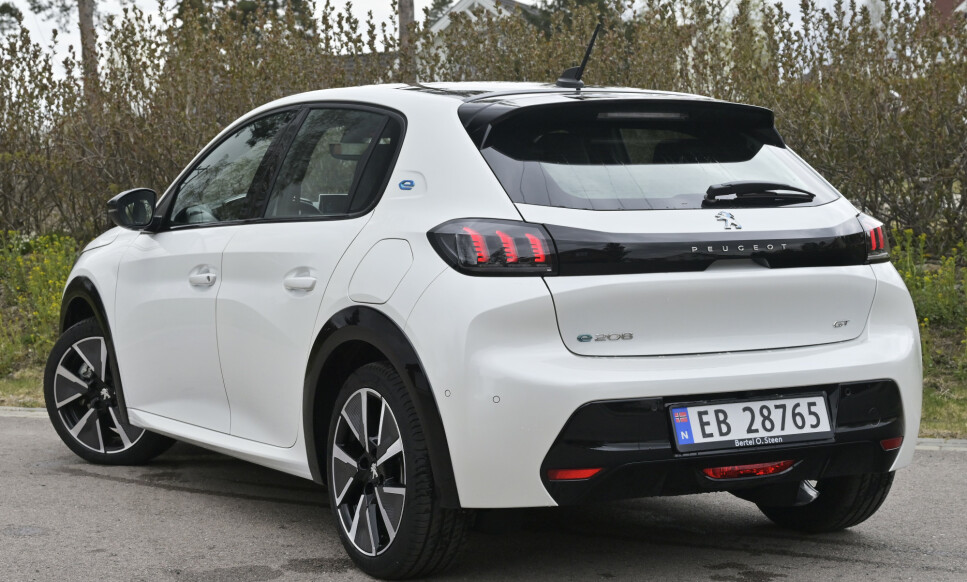 KUL: Peugeot har virkelig draget på design om dagen. Småbilen 208 har det man forventer av praktisk plass og er første elbil ut der man kan si at de elektriske funkjonalitetene, som lading og rekkevidde er blant de beste. Foto: Rune M. Nesheim