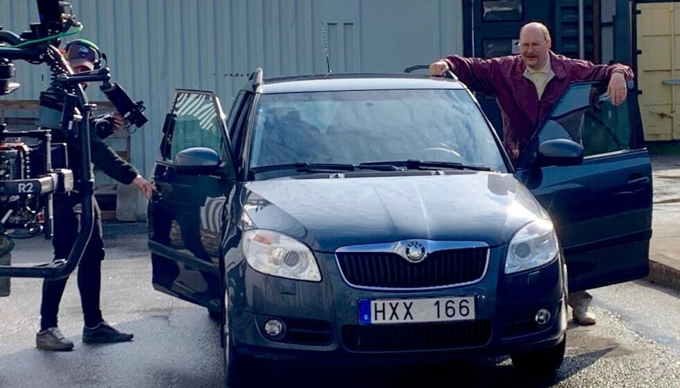 OLE SUNDBERGS BIL: Denne Skoda Fabia-en, som har «tilhørt» Ove Sundberg i den populære svenske TV-serien Solsidan, er lagt ut for salg på svenskenes «Finn.no». Foto: Tradera