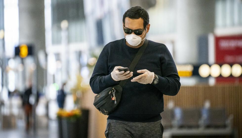 Oslo lufthavn innfører påbud om munnbind i situasjoner der det ikke er mulig å holde en meters avstand. Foto: Heiko Junge / NTB