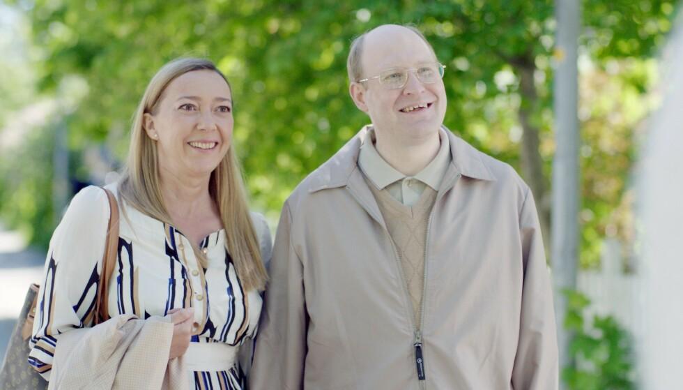 <strong>«SELGER BILEN»:</strong> Anette og Ove Sundberg fra Solsidan. Foto: TV4