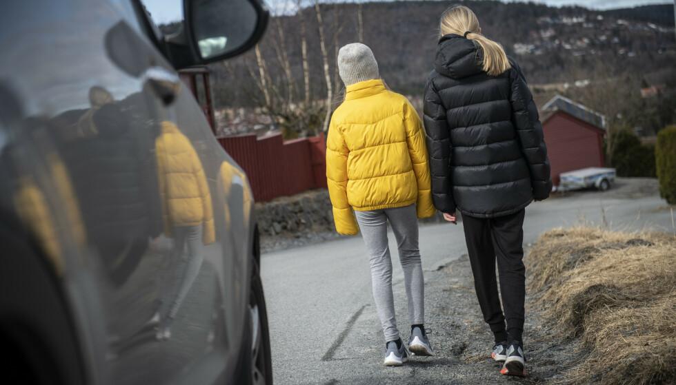 25 % VET IKKE: Én av fire nordmenn vet ikke hvilken side de skal gå på, når de vandrer langs vei uten gangfelt. Illustrasjonsfoto