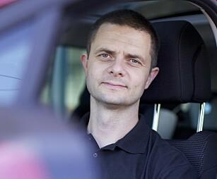 - STOPP: Senior kommunikasjonssjef i NAF, Nils Sødal, oppfordrer om å stoppe ved første mulighet om varsellampa for dekktrykk lyser.. Foto: NAF