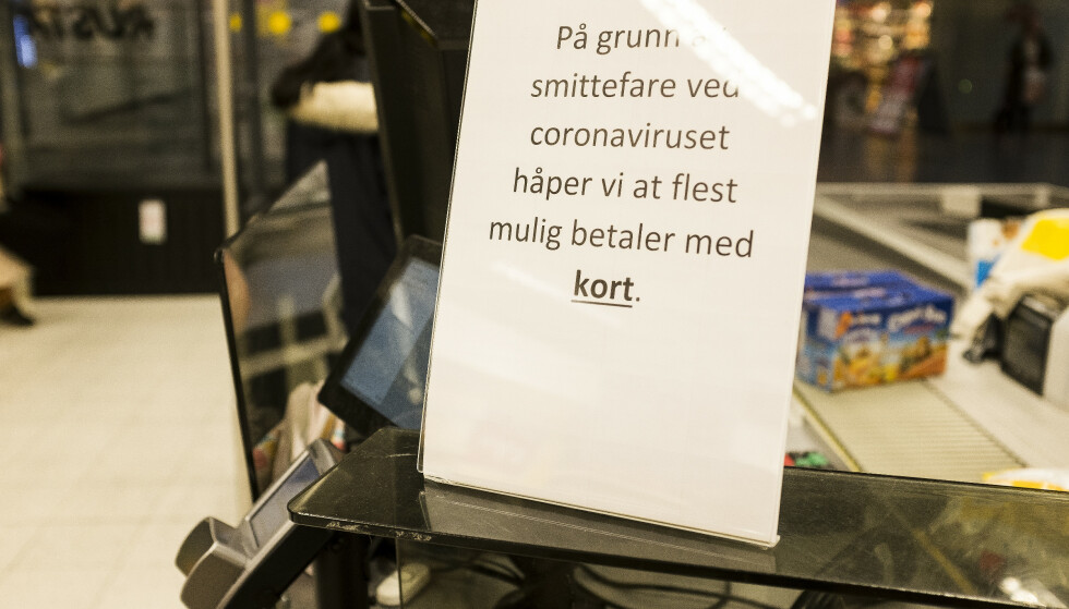 KONTANTER: Mange virksomheter oppfordrer til å betale med kort under coronapandemien. Samtidig sier hovedregelen at du skal kunne betale med kontanter. Foto: NTB Scanpix