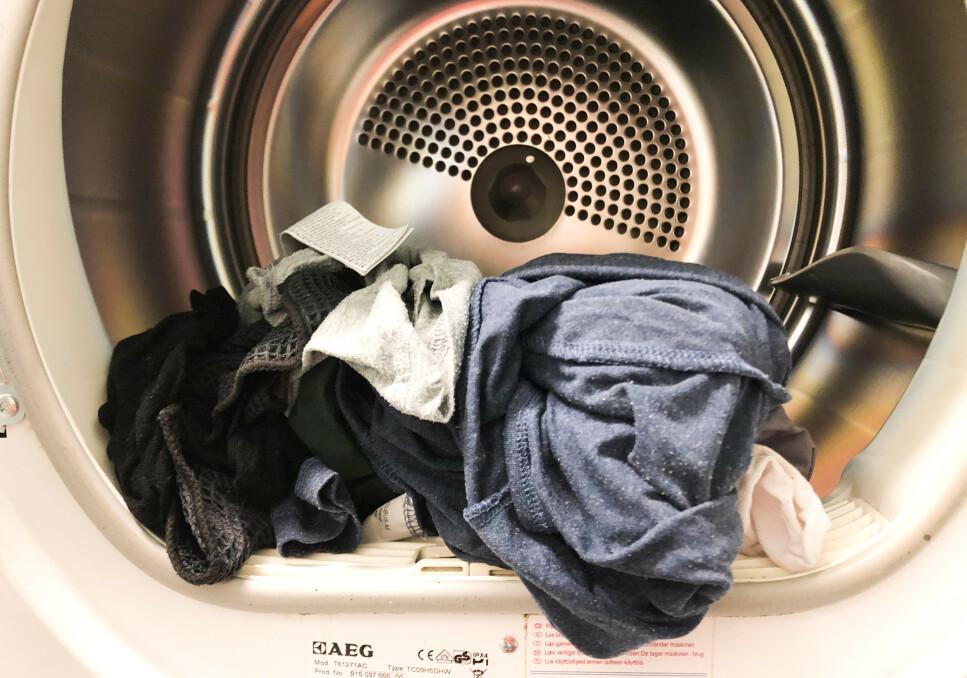 IKKE TØRT?: Det kan være flere årsaker til at tøyet enda er fuktig eller helt vått etter en runde i tørketrommelen. Hva dette skyldes, og hva du kan gjøre for å fikse problemet, forteller ekspertene deg i artikkelen under. Foto: Linn Merete Rognø.