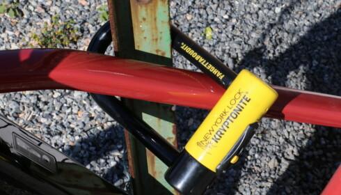 KRAFTIG: Øyvind Wold i Syklistenes landsforening anbefaler at du kjøper en lås som koster 10 prosent av sykkelens pris. Foto: Martin Kynningsrud Størbu