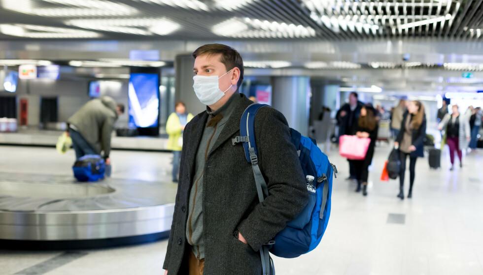 MUNNBIND: Mens Norges smittevernveileder for luftfarten anbefaler å la midtsete stå ledig, kan EU kreve bruk av munnbind på flyreisene. Foto: NTB Scanpix