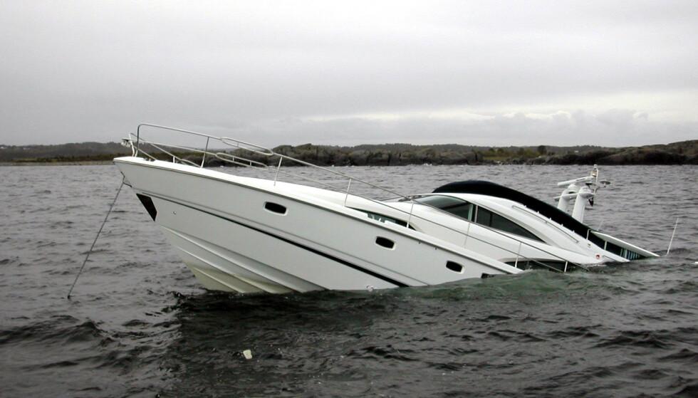 GIKK NED: I 2006 berget redningsskyta Odd Godager to mann i en defekt gummibåt, da en splitter ny 12 millioners «Fairline 58» forliste etter grunnstøting utenfor Arendal. Nå advarer forsikringsbransjen mot flere slike tilfeller til sommeren. Foto: Redningsselskapet