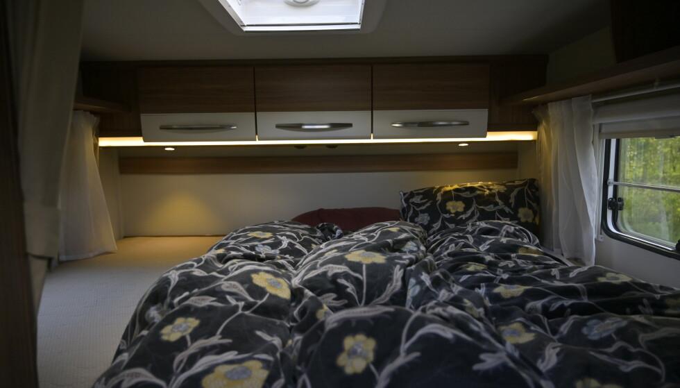 TRE: Det er nesten for god plass i king size senga bakerst. Den rommer lett tre personer. Foto: Rune M. Nesheim