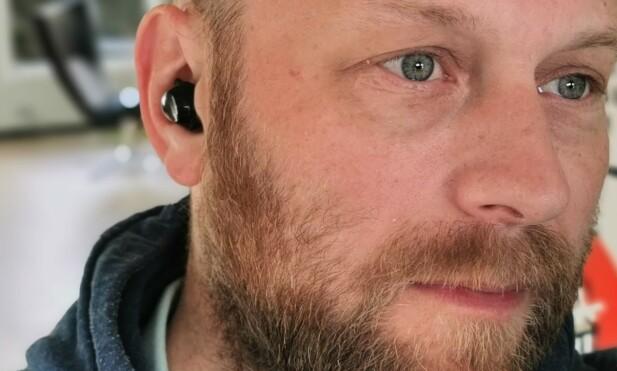 <strong>KOMFORTABLE:</strong> Galaxy Buds+ ligger ganske mykt og fint i øret uten å føles pressende. Foto: Pål Joakim Pollen