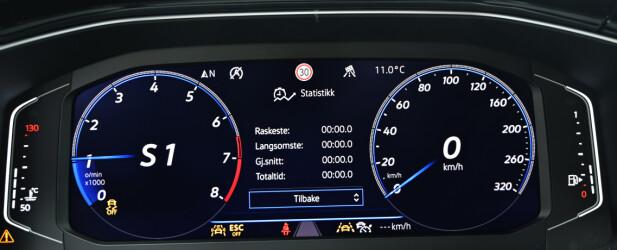 SPORTY: Du har en rekke valgmuligheter på det digitale instrumentpanelet. Vi liker best dette, med tydelig turteller og gir-indikator. Legg merke til at den også har rundetidstaker. Men vi sikler etter den sentralt plasserte turtelleren som Audi har i sine sportslige modeller. Foto: Rune M. Nesheim