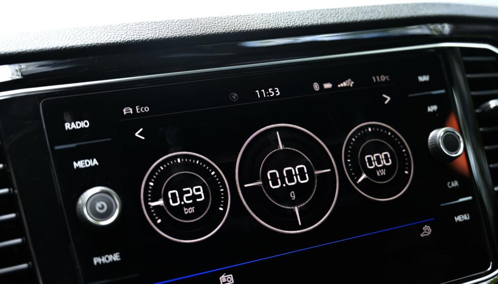 MORO FOR UNGA: Her kan passasjerene følge med på turbotrykk, G-krefter og brukt effekt. Deet finnes også et tilsvarende skjermbilde for terrengkjøring med hellningsgrad etc. Foto: Rune M. Nesheim
