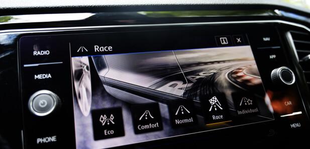PÅ HJEMMEBANE: Et par programmer for mye er bedre enn et par for lite, er politikken hos VW. Du får mest smil pr. mil i race, men eco er et bra alternativ til kjedelige transportetapper. Foto: Rune M. Nesheim
