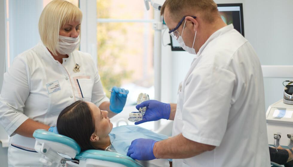 SLUTT PÅ Å SAMMENLIKE PRISENE: Med tjenesten hvakostertannlegen.no har du enkelt kunne sjekke og sammenlikne prisene på tannbehandlinger. Nå legges tjenesten ned. Grunnen? - Coronaviruset. Foto: Shutterstock/NTB scanpix