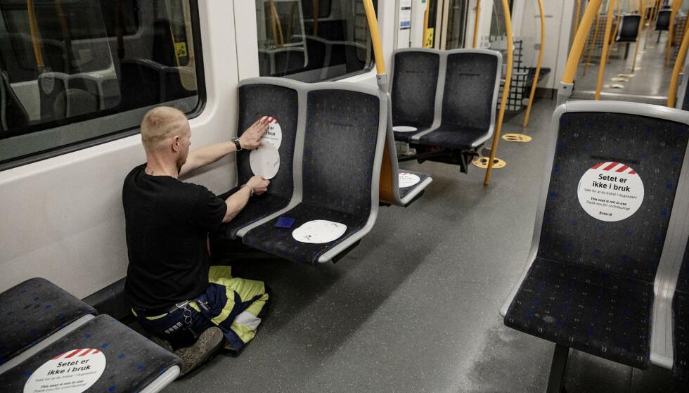 MERKING: Blant annet ved å merke seter som ikke er i bruk, skal man sikre avstand mellom passasjerene på t-banen. Foto: Nina Hansen/Dagbladet