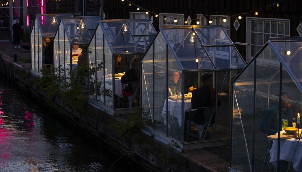 DRIVHUS: Servering i separate, små drivhus i Amsterdam. Foto: AP Photo/Peter Dejong