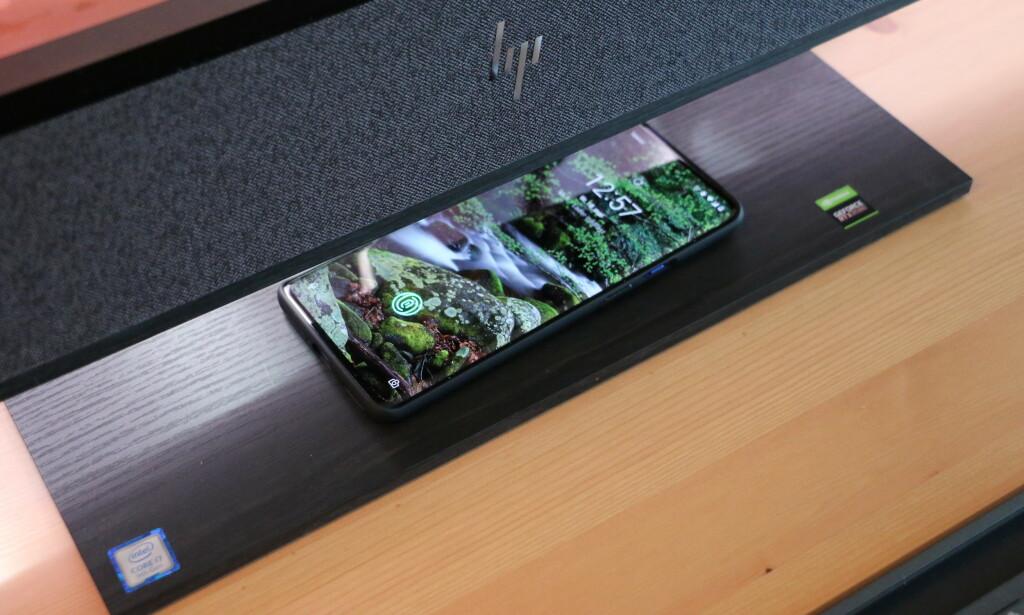 Foten har integrert 15-watts trådløs lader. Foto: Martin Kynningsrud Størbu
